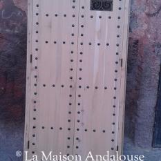 Porte cloutée avec fenestron