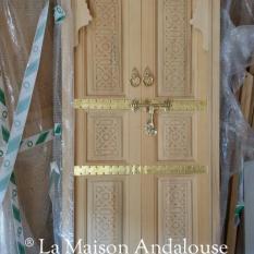 Porte Marocaine sculptée et cuivre 2 vantaux poussant ref pm4