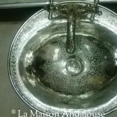 Robinet et lavabo cuivre ciseler